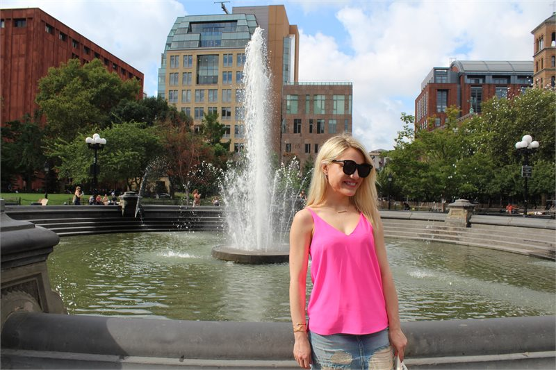 girl in a pink tank top and oversized sunglasses Caitlin Hartley of Styled American http://styledamerican.com/first-week-in-new-york/