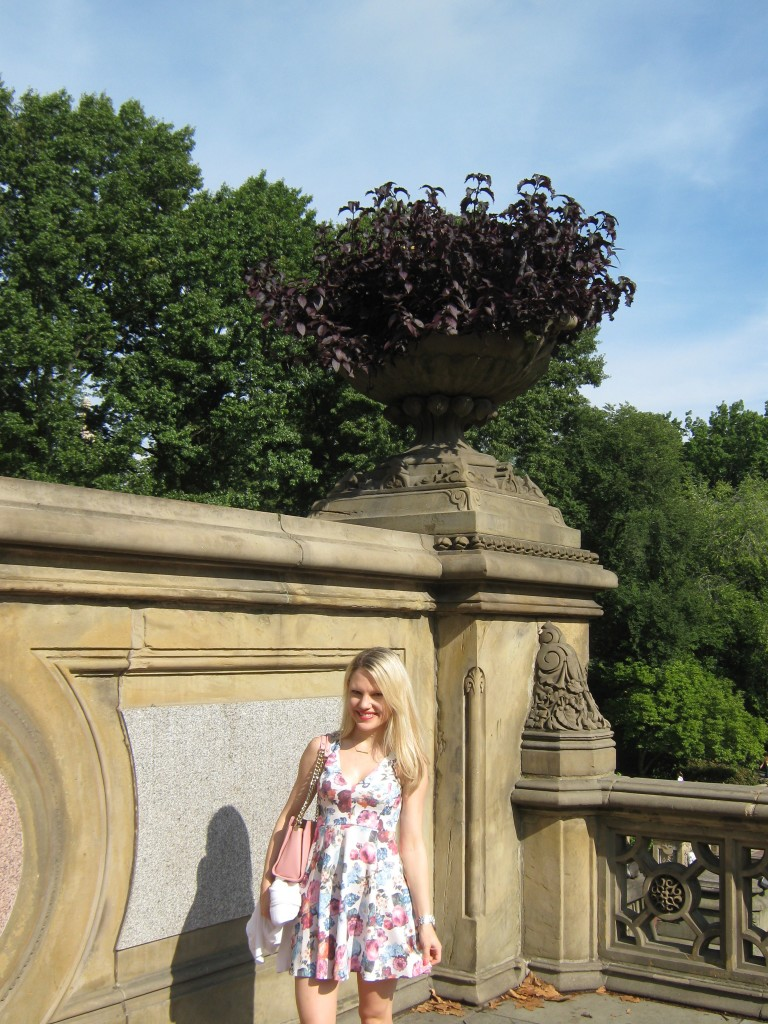 Caitlin Hartley of Styled American girl in floral dress in Central Park