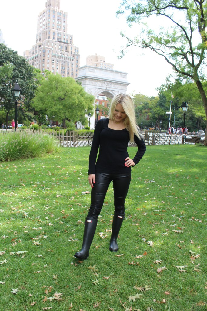 girl in all black in front of washington square park arch Caitlin Hartley of Styled American http://styledamerican.com/rain-boots/