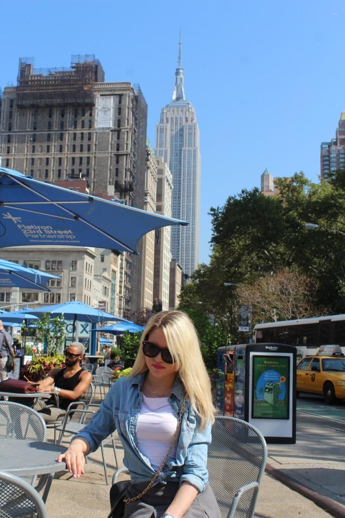 Caitlin Hartley of Styled American girl at a table by empire state building