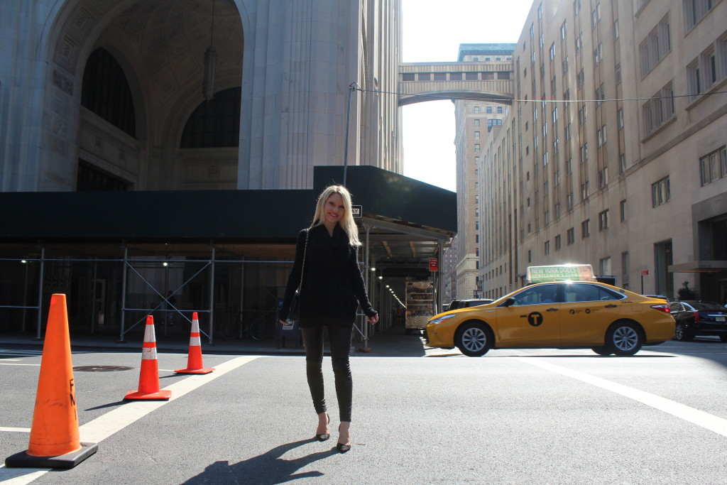 Caitlin Hartley of Styled American, all black outfir street style
