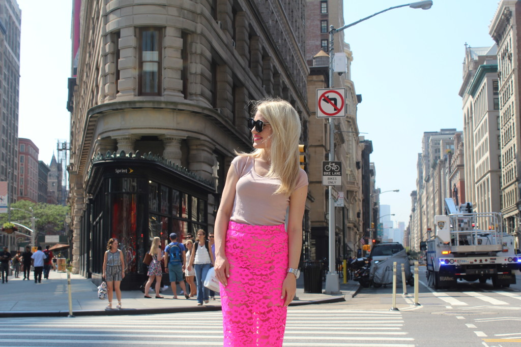 Caitlin Hartley of Styled American girl in hot pink skirt in Gramercy