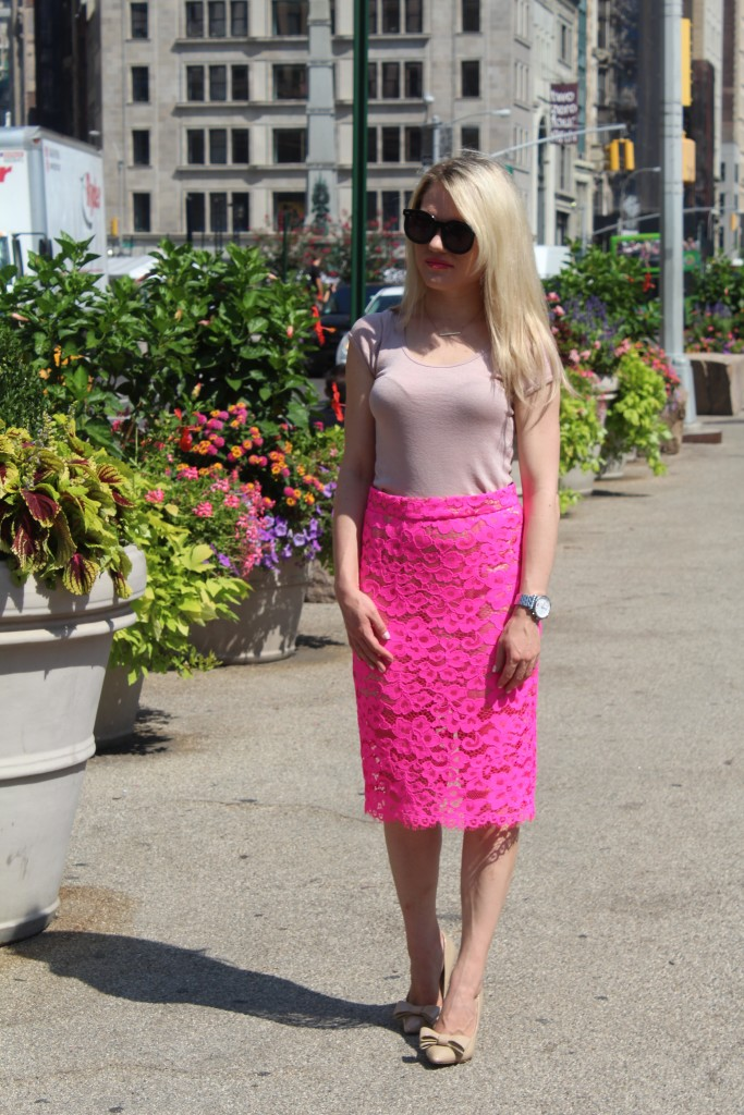 Caitlin Hartley of Styled American lace pink skirt, nude top and nude bow pumps