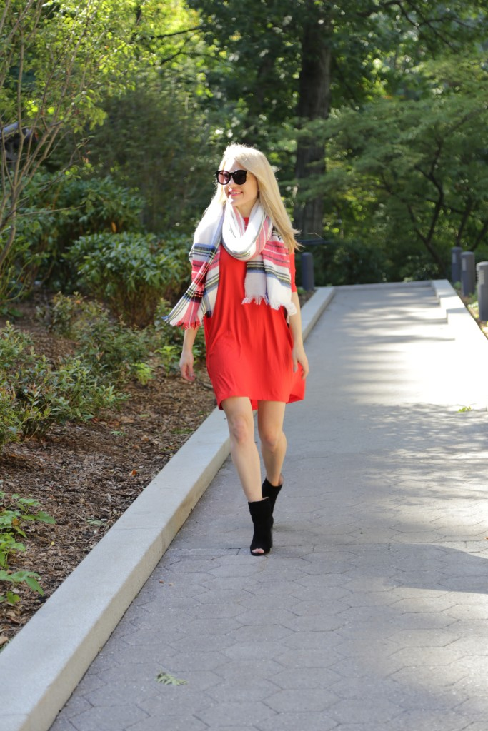 Caitlin Hartley of Styled American girl walking in Central Park