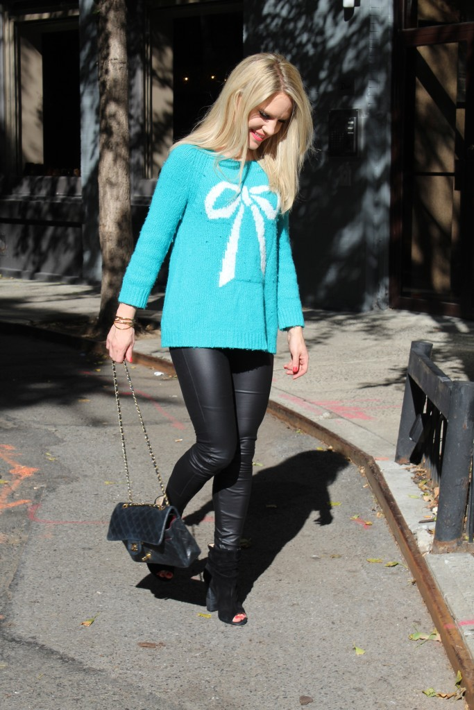 Caitlin Hartley of Styled American bow sweater and chanel bag