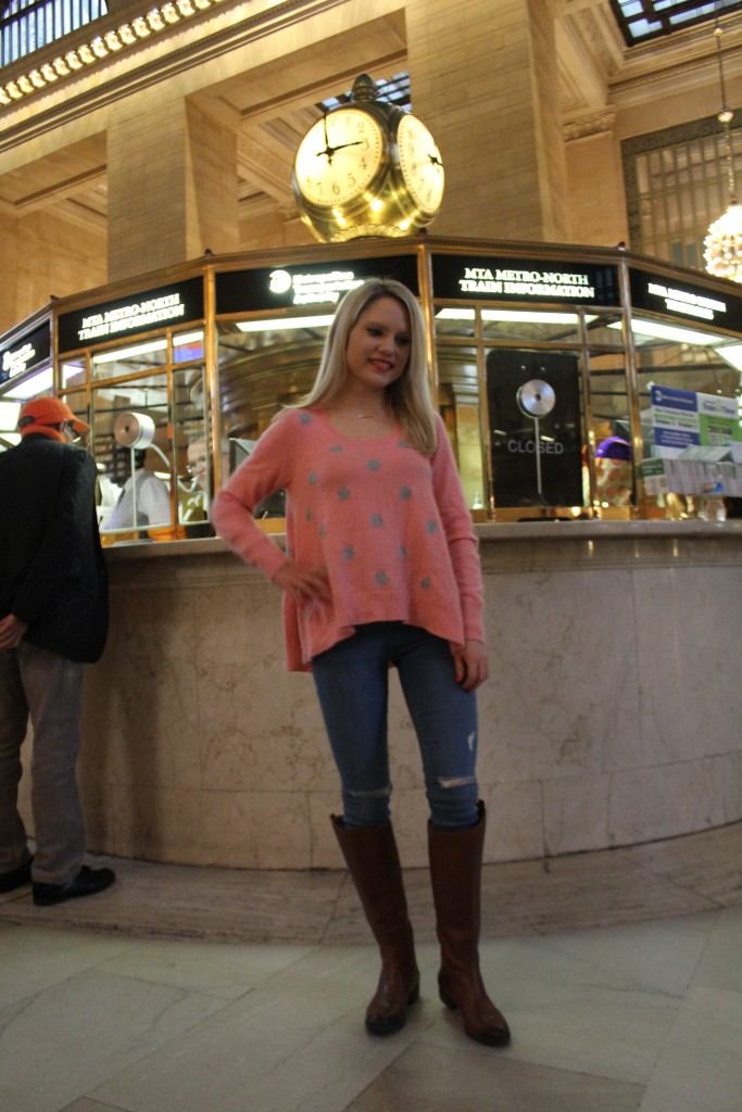 Caitlin Hartley of Styled American girl in front of clock at grand central