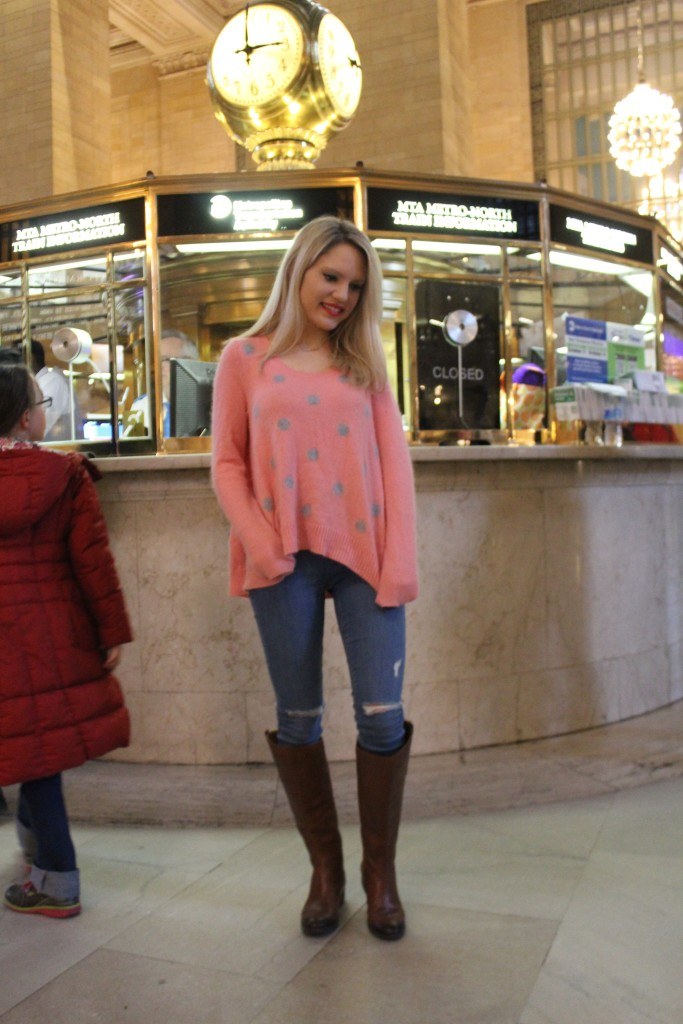 Caitlin Hartley of Styled American pink sweater, skinny jeans
