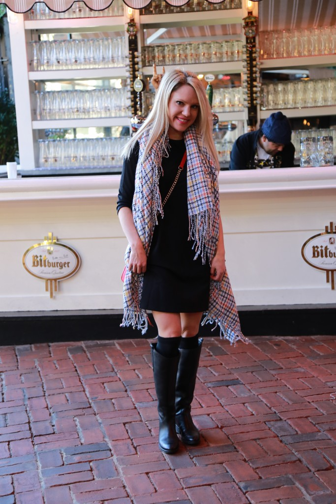 Caitlin Hartley of Styled American girl in front of biergarten bar