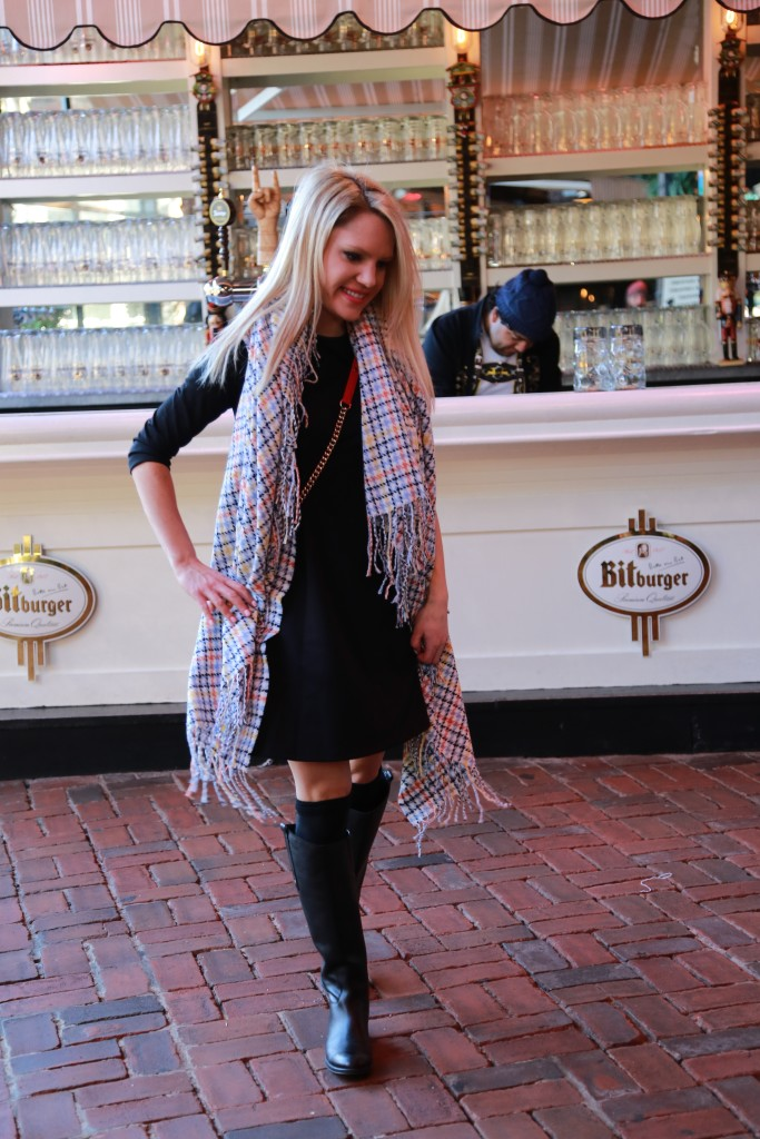 Caitlin Hartley of Styled American girl in front of bar at the standard biergarten