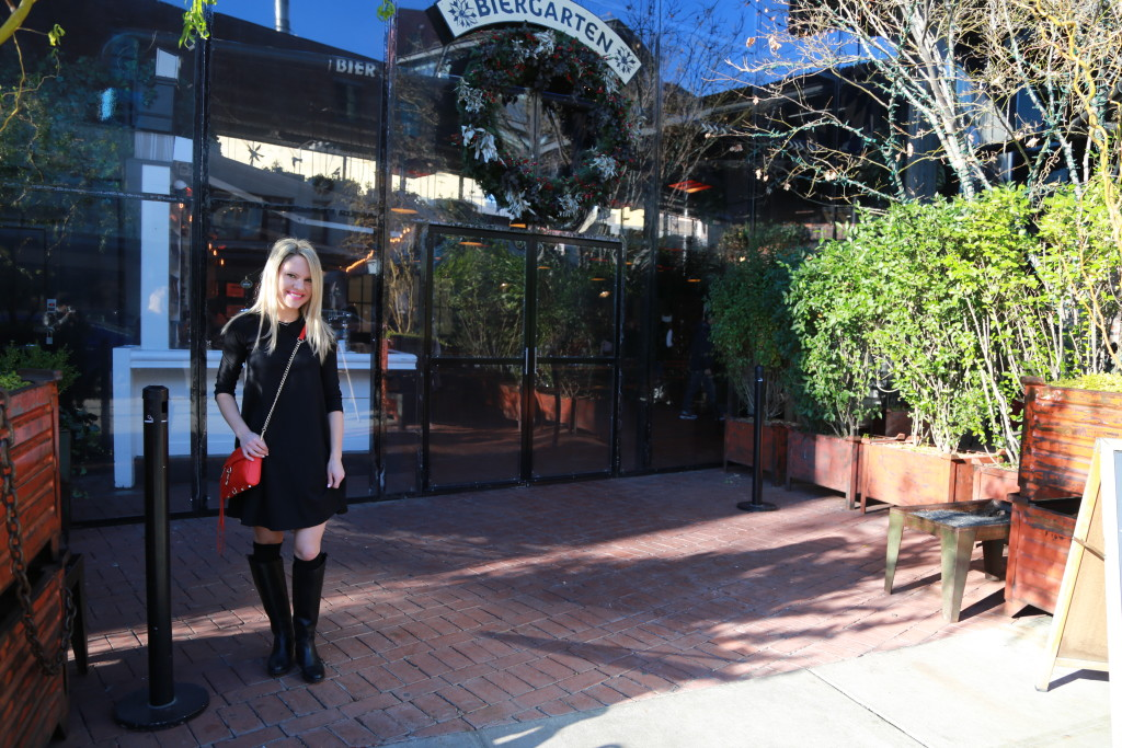 Caitlin Hartley of Styled American girl in front of biergarten