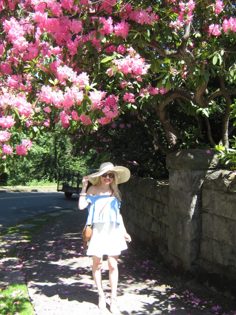 Caitlin-Hartley-of-Styled-American-blue-top-white-skirt-saddle-bag-sun-hat