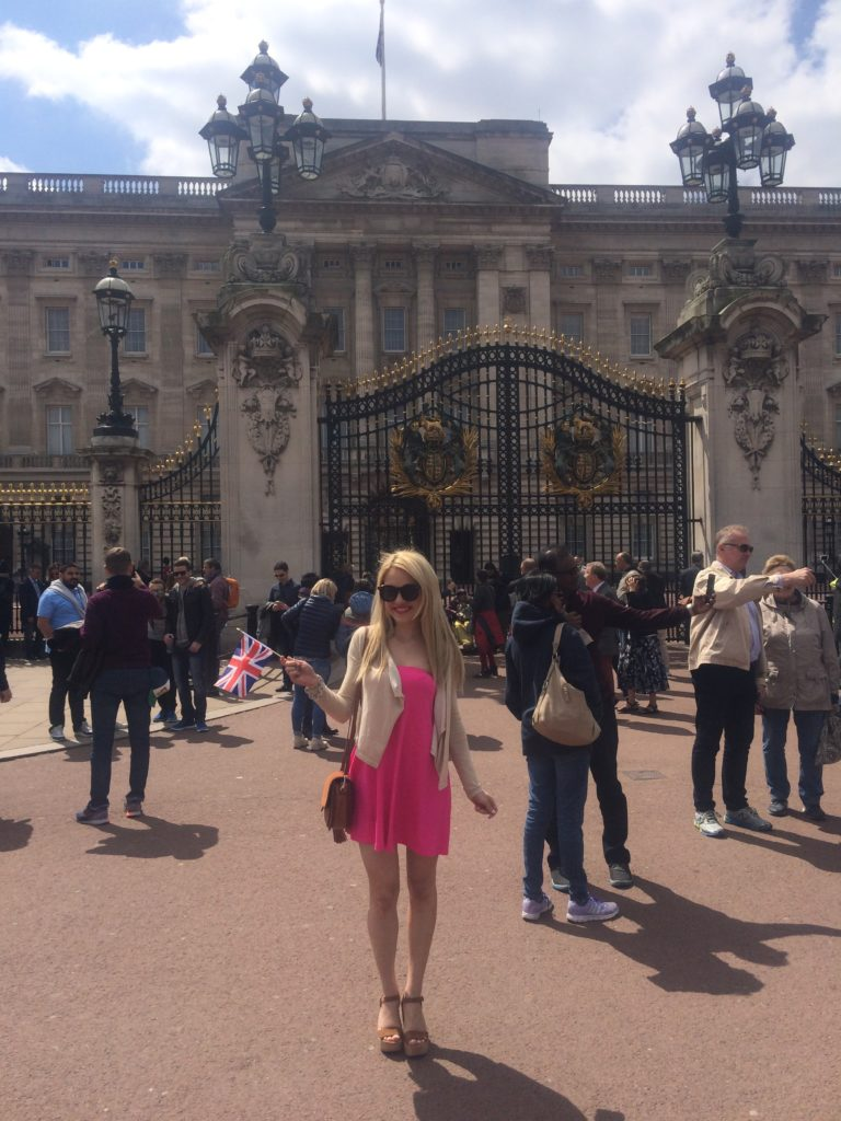 Caitlin-of-Styled-American-in-front-of-buckingham-palace