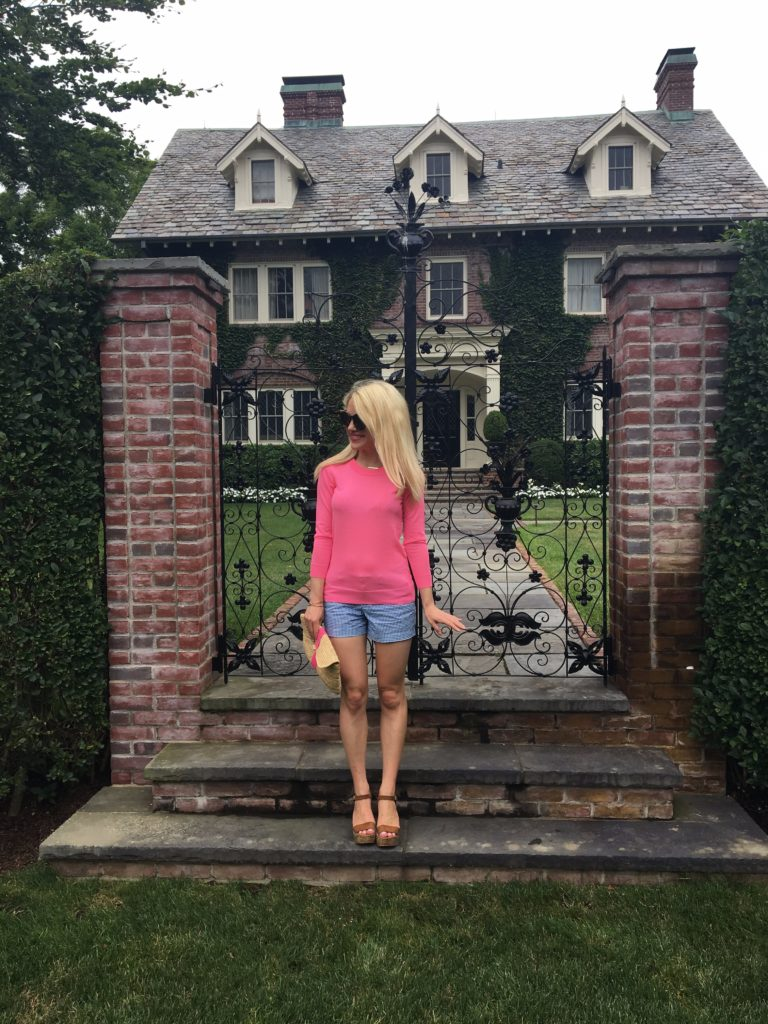 Caitlin-Hartley-of-Styled-American-girl-in-front-of-mansion-in-southampton