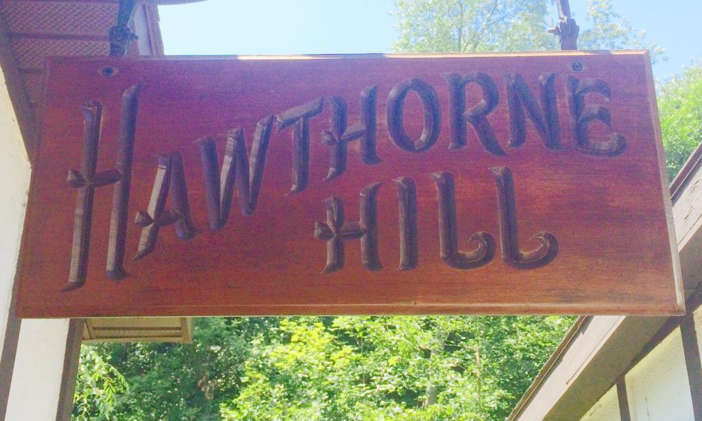 Caitlin-Hartley-of-Styled-American-Hawthorne-Hill-sign