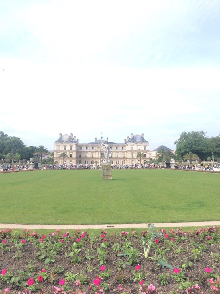 Luxembourg-Palace-and-gardens-in-the-spring